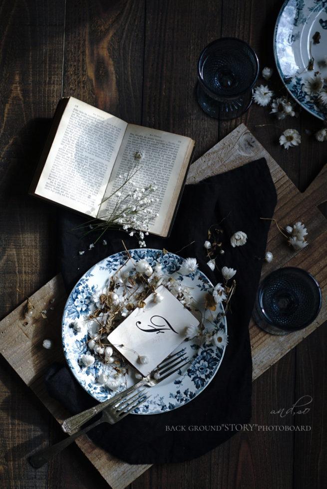 古材とフランスアンティークのお皿の写真