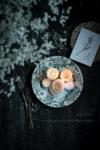フランスアンティークのお皿と古材の雑貨写真