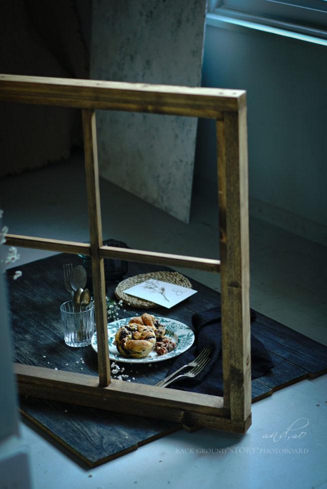 スタイリング写真の窓枠とアンティークなお皿