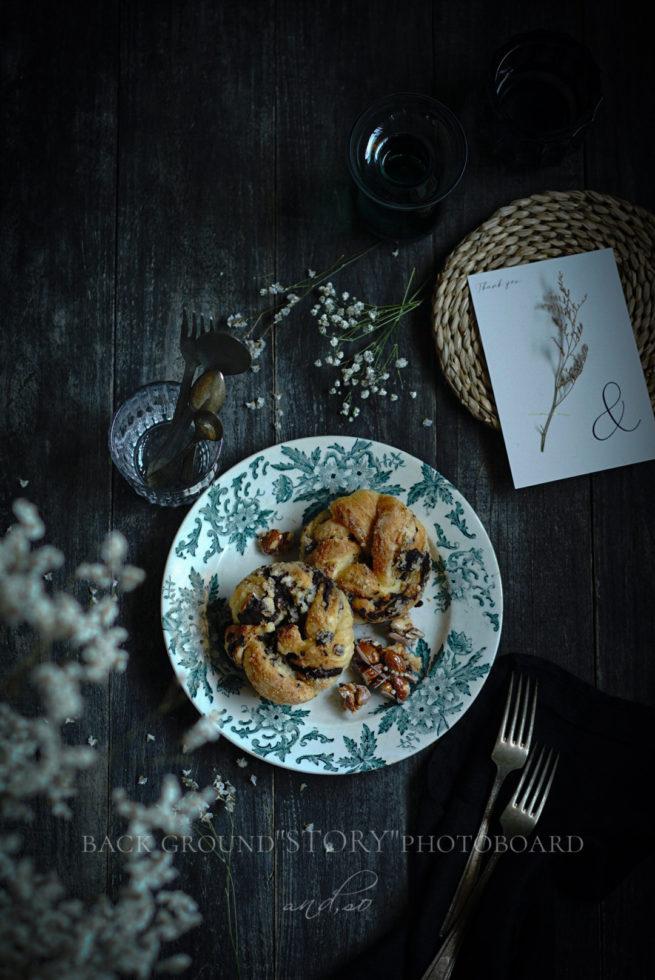 古材ボードにデニッシュパンとフランスアンティーク皿