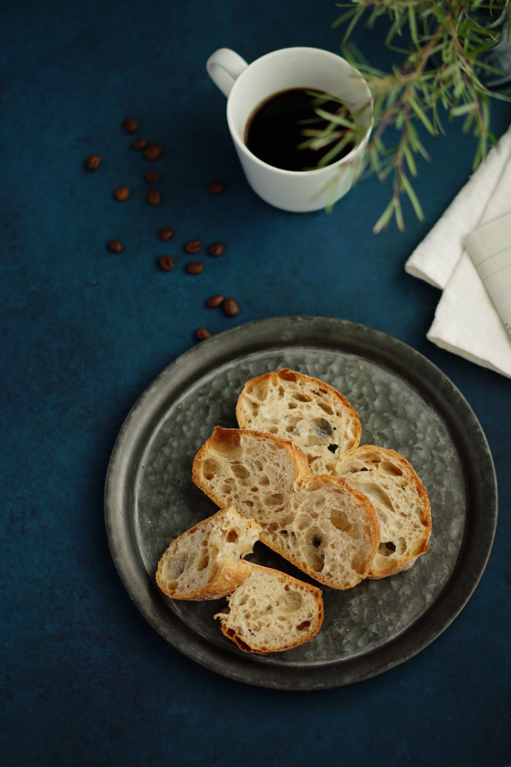 青い背景にパンとコーヒーのおしゃれな写真