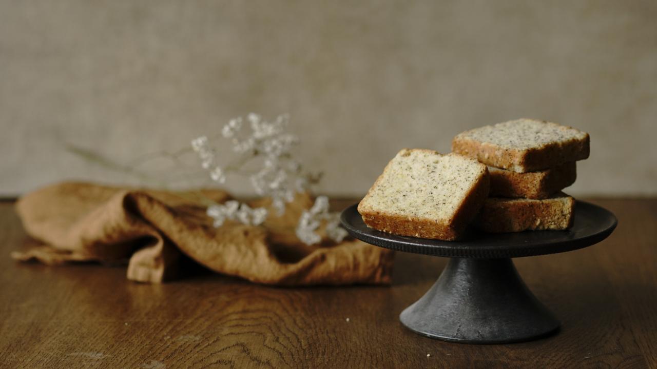 ベージュ系背景に焼き菓子をアンティーク風にスタイリングした写真